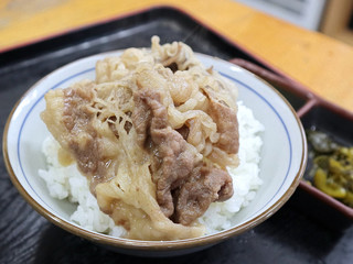 讃岐うどん六平 - 牛肉をご飯に盛って牛丼にして食べました。