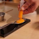 ENEKO Tokyo - 有機卵とトリュフ、注射器で卵黄を半分抜く