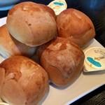 107534821 - 最初に登場するのはパン(写真は3人分)。マーガリンがついて一人二個相当。