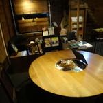 蒲田蔵の珈琲 - 大きな丸いテーブルに2人でゆったりと座ります