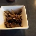夢乃家 - お通しはさつまいもの茎。美味