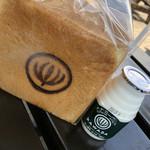 107562928 - 食パンと飲むヨーグルト