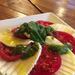 オステリア・ルチアーノ - 完熟トマトとモッツァレラのジェノバ風盛り合わせ