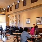ラゴア カフェ - 見えない奥には意外と広いカフェ併設