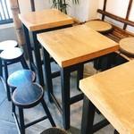 きなこだんご たまうさぎ - イートインスペースはテーブルが3つ。 お団子椅子がカワイイ〜♡(*´艸`)∞