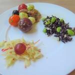 107591917 - 大麦とワイルドライス、蕪、枝豆のダイエタリーファイバーサラダ、ウォルドーフサラダ、カラートマトとモッツアレラチーズ、オリーブのサラダ 生ハム添え ソースピストゥ 時計回りに