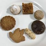 107601553 - サブレアソルティ中身。鳥型のクッキーから時計回りにバニラクッキー(コトリ)、ココナッツ、へーゼルナッツサブレ、フロランタン、クロッカン、ディアマンショコラ、バトン