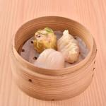 DAISANGEN 大三元 台湾飲茶 - 三種点心セット 690円 エビ入り豚肉焼売、フカヒレ餃子、エビ餃子が一つずつ入ったセットです