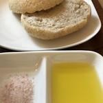 パティスリー&カフェ ピケ - 自家製全粒粉のイングリッシュマフィンに、ピンク岩塩とオリーブオイルが付きます(2019.5.13)
