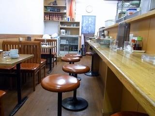 華隆餐館 - 右手がL字型のカウンター席になっています。 カウンターの中が調理場になっています。 そして、左手がテーブル席になっています。