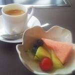 107628827 - デザート(ちょっと食べたあと)とコーヒー