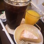 10763960 - アイスオーガニックコーヒー(G)、しぼりたてオレンジジュース、サービスのサツマイモケーキ
