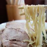 らぁめん蔵持 - 麺はヒネリが効いた平打ち麺です。 基本で麺量は多めです。