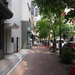 大衆割烹 三州屋 - 銀座の並木通り2丁目にお店はある(三州屋さんの看板分かります?)