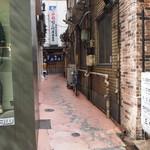 大衆割烹 三州屋 - 銀座の並木通りの建物の間の細い路地の奥にお店がある