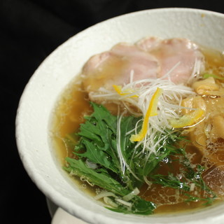 麺屋慶史から特注の麺を使用!自慢の「中華そば」「塩ラーメン」
