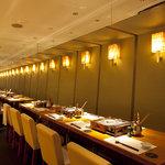 アスヘノトビラ - 壁面が鏡張りのテーブル席は不思議な空間・・