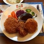 スカンディヤガーデン - ノルウェー人の家庭料理(温野菜とエビ・ポーク・ポテト3種類のコロッケ風)