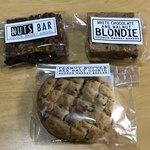 107646241 - 手前から時計回りにピーナッツバター シーソルトクッキー、ナッツバー、ブロンディ