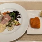 107647455 - 前菜盛り合わせ、キノコのスープ付き、自家製フォカッチャ2種