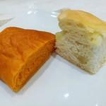 107647458 - 左はふんわりトマトロールパン、右はじゃが芋とオレガノのフォカッチャ