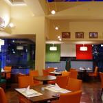イタリアンレストラン Orizzonte - 内観写真:夜の店内は全く別な雰囲気を奏でます。落ち着いた空間でお楽しみください。