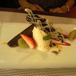 ビストロ ダイア - 濃厚なチョコレートケーキ(ガトー・ショコラ)と蜂蜜アイス