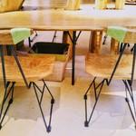 カステラショップ - 椅子と机