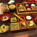 Sekainoyamuchan - Aセット 1,680円 ミニ花生担々麺、XO醤辣油飯、ジャスミン茶+マス12種