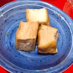 錦ちゃん餃子 - お通しの厚揚げ煮