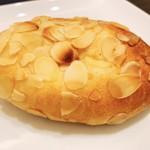 107688470 - 「クリームパン」¥230