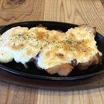 ごちそう家 きどらず - 鉄板 唐揚げタルタルソースチーズ焼きボリューム満点。