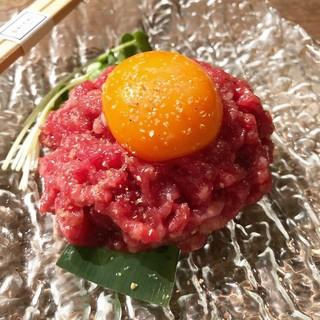ユッケ、塩ユッケ、肉のカルパッチョ等、4種類の生肉メニュー