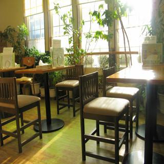 普段着でもお子様連れでも安心の気の張らない食堂空間、お子様用の椅子もございます。