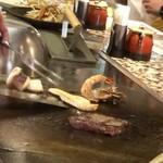 鉄板焼 東洋 - 海老や烏賊を焼いています