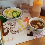 カフェ ドゥ ソレイユ - サラダとスープが付いてきます