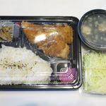 食彩たまな - 料理写真:たまなザンギ弁当キャベツ付き+とりカップスープ(410円+100円)