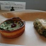 boulangerie GARBO - 抹茶のタルトとちくわパン どちらも美味しい