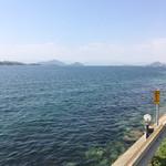 107702108 - 見事な広島湾が広がり、釣り竿も何本か