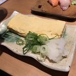 お魚スタンドゆうじ - 巻きたて 時間のかかる、だしまき300円(税別)