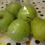 金井屋 - 訪問時店の一角で売っていた自家栽培の洋ナシとリンゴを購入