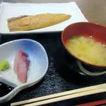 つくよみ - そしてお味噌汁の横には刺身の小鉢も添えられてました。