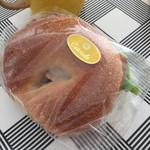 カスカード - ポークパストラミとクリームチーズのベーグル ¥346(税込)