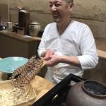 鮨旬美西川 - 特大車海老を手に笑顔の練習の成果を見せる西川さん