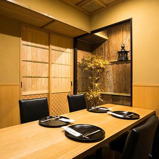 高級感のある贅沢な和空間。個室で寛いだ時間と料理を楽しむ