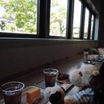ヤードコーヒー&クラフトチョコレート - ボキらはカウンター席に。窓の緑に癒されるな~ こちらのカフェはテイクアウトもできるので、 公園で食べるのもいいかもね。