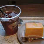 ヤードコーヒー&クラフトチョコレート - ドリンクは2人とも水出しアイスコーヒーに。 普通のアイスコーヒーより色が薄めで、あっさりしたお味です。杏(あんず)みたいなフルーティでほのかな酸味があって、甘いスイーツに合わせて飲むのにぴったりです。