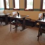 麺屋 から草 - 窓際はテーブル席(2019年5月15日)