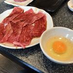松蘭 - 生卵を付けて食べる焼肉