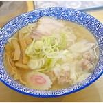 手打ちラーメン 清仁軒 - 料理写真:塩ワンタンメン 870円 淡麗ながらコク深いスープ、麺、ワンタン、ネギ…全ての要素のレベルが高い一杯です。